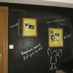Muro de notas de pizarra y corcho