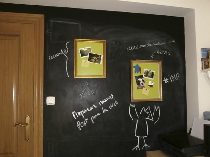 Muro de pizarra con cuadros de corcho
