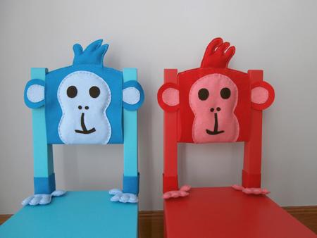 sillas roja y azul con respaldo de monos